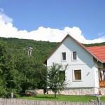 A ház és hátterében az Elő-Galya