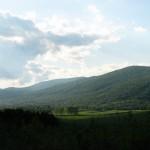 Mielőtt beérkezünk Kisgyőrbe, elénk tárul a községet körülölelő Bükk hegység